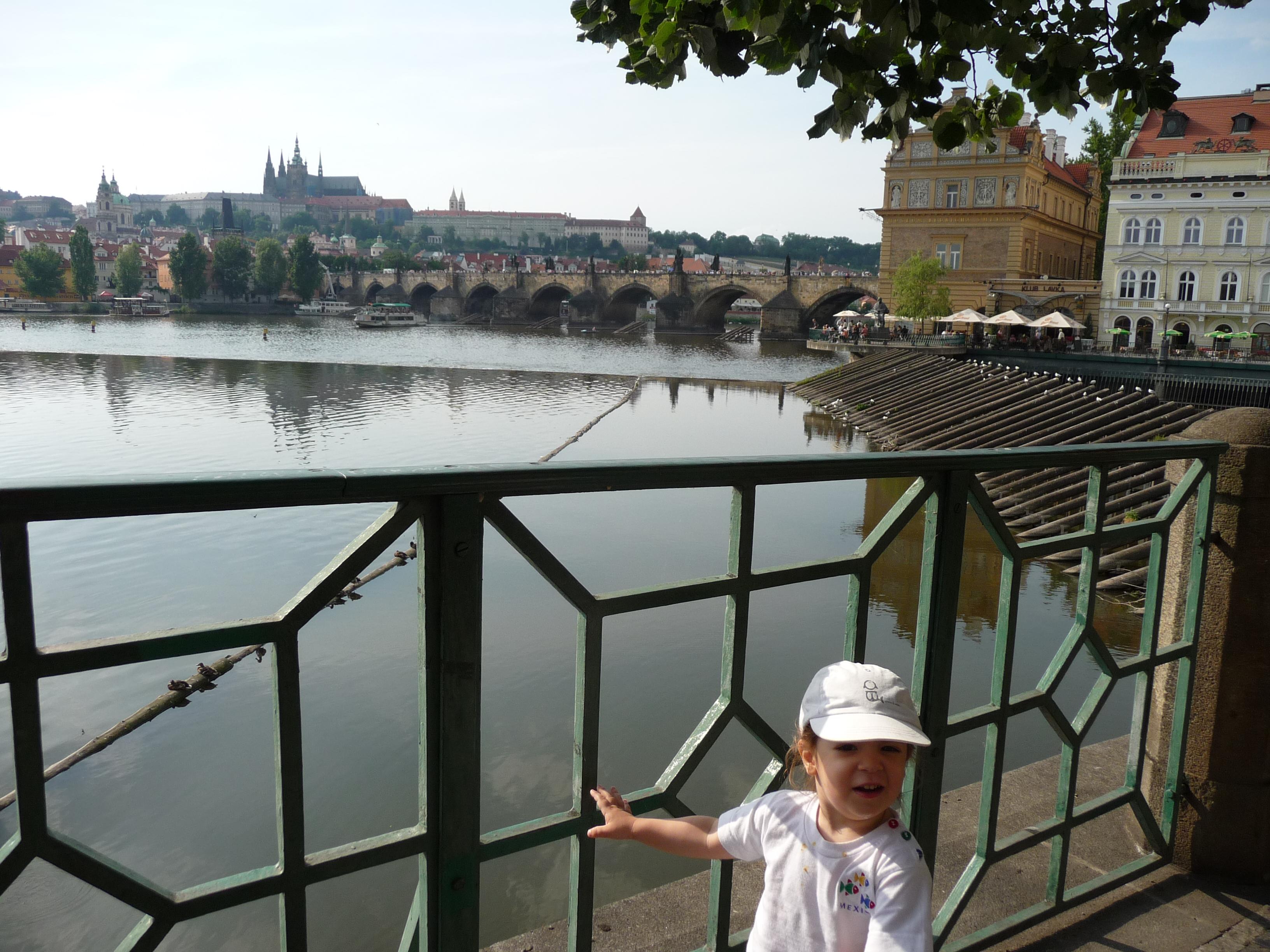 Titou avec au second plan la Vltava puis la vue sur le château de Prague